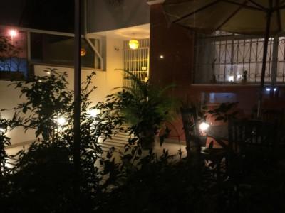 Frente do consultório à noite